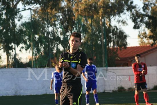 Ο διαιτητής Αριστείδης Βάτσιος υποδεικνύει στον προπονητή Κ. Κοπαλά να περιορίζεται στον χώρο κοντά στον πάγκο της ομάδας του