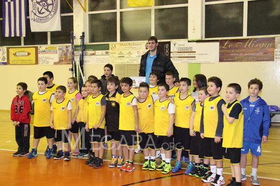 Ο Γιώργος Παπαγιάννης φωτογραφίζεται με μικρούς αθλητές