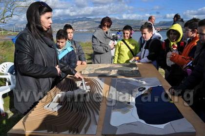Η αρχιτέκτων Μαρία Παπαφράγκου παρουσιάζει την μακέτα της μελέτης σε ομάδα μαθητών