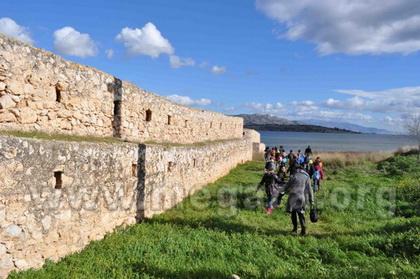 Πορεία παράλληλα στην εξωτερική πλευρά του τείχους