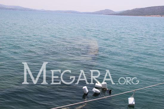 Βυθισμένο σκάφος έξω από τον βραχίονα του καταφυγίου