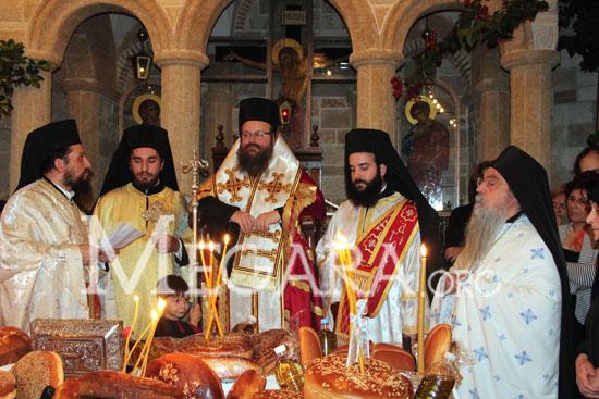 Στην ακολουθία συμμετείχαν ο Πρωτοσύγγελος της ΙΜΜΣ Προκόπιος και ο ηγούμενος της ι.μ. Αγίας Παρασκευής Μαζίου Χρυσόστομος