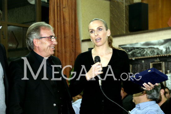 Η Χρύσα Κουρομπίλια και ο πρόεδρος της ΕΠΣΔΑ Μιχάλης  Τζανόπουλος