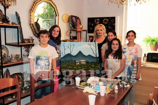 Η κ. Αντωνίου με τους μαθητές της Έλενα, Ιερόθεο, Δέσποινα, Μαρία και Μαρία