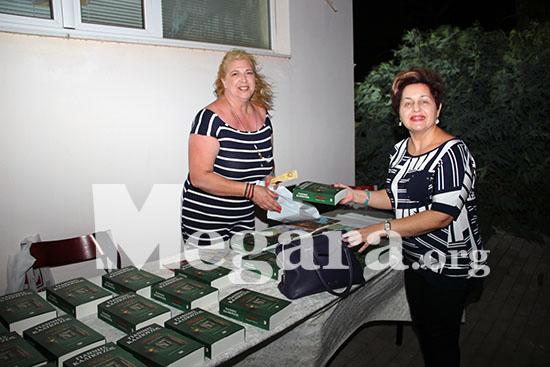 Η κ. Διονυσία Μπαρμπούνη, ιδιοκτήτρι9α του βιβλιοπωλείου Πυξίδα, διέθεσ αντίτυπα του βιβλίου