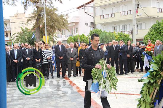 Ο εκπρόσωπος της Λ.Ο. Χρυσή Αυγή, κατάθέτει στεφάνι στο μνημείο των Ηρώων στην ομώνμη πλατεία στα Μέγαρα